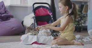 Fille choyant un chat banque de vidéos