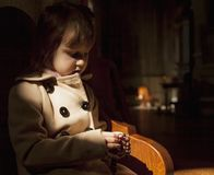 Fille chrétienne d'enfant priant le chapelet foi, concept de religion photos stock
