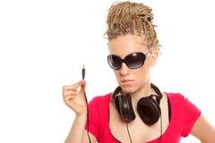 Fille coiffure de beaucoup de tresses avec des écouteurs images libres de droits