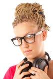 Fille coiffure de beaucoup de tresses avec des écouteurs photo libre de droits