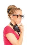 Fille coiffure de beaucoup de tresses avec des écouteurs photo stock
