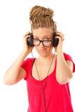 Fille coiffure de beaucoup de tresses avec des écouteurs image stock