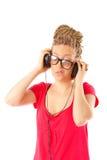 Fille coiffure de beaucoup de tresses avec des écouteurs image libre de droits