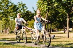 Fille comblée d'adolescent et ses bicyclettes d'équitation de petite-fille Photographie stock libre de droits