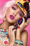 Fille comique drôle avec le maquillage lumineux dans le style de l'art de bruit Image créatrice Visage de beauté photos stock