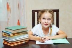 Fille concentrée faisant des devoirs d'école images stock