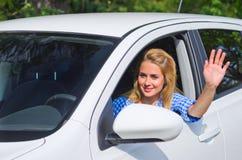 Fille conduisant la voiture photo stock