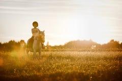 Fille conduisant un cheval Images stock