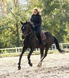 Fille conduisant un cheval Photo stock