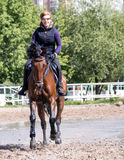Fille conduisant un cheval photographie stock libre de droits