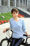 Fille conduisant une bicyclette Image libre de droits