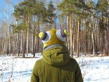 Fille contre l'homme de la forêt une d'hiver au bord de la promenade d'hiver de forêt près de la forêt image stock