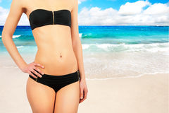 Fille contre la plage tropicale Image stock