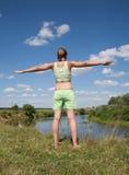 Fille convenable dans le yoga de pratique vert Photos stock