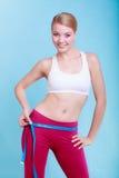 Fille convenable de femme de forme physique avec la mesure de bande de mesure ses échines Images stock
