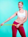 Fille convenable de femme de forme physique avec la mesure de bande de mesure ses échines Photos libres de droits