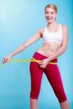 Fille convenable de femme de forme physique avec la mesure de bande de mesure ses échines Photo stock