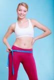 Fille convenable de femme de forme physique avec la mesure de bande de mesure ses échines Images libres de droits