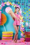 Fille coréenne drôle avec la crème glacée dans le studio Photographie stock