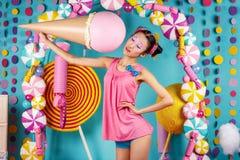Fille coréenne drôle avec la crème glacée dans le studio Photographie stock libre de droits