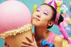 Fille coréenne drôle avec la crème glacée dans le studio Image libre de droits
