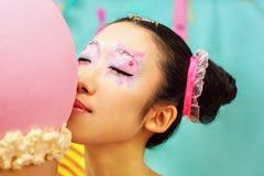 Fille coréenne drôle avec la crème glacée dans le studio Photos libres de droits