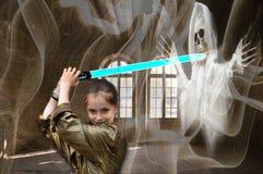 Fille courageuse comme chasseur de fantôme dans un manoir hanté photos libres de droits