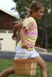 Fille courant avec le panier de Pâques photo stock