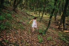 Fille courant dans les bois Photographie stock libre de droits