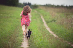 Fille courue avec le chien photos libres de droits