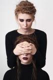 Fille couvrant les yeux de sa soeur Photographie stock libre de droits