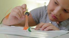 Fille créative employant le stylo 3d imprimant la forme 3D banque de vidéos