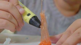 Fille créative employant le stylo 3d imprimant la forme 3D clips vidéos