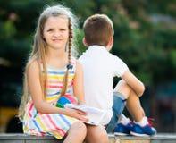 Fille déçue en ayant le problème avec l'ami dehors dans le parc Photos libres de droits