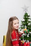 Fille décorant l'arbre de Noël Image libre de droits