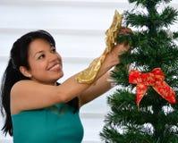 Fille décorant un arbre de Noël Photos libres de droits