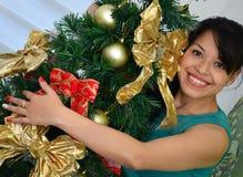 Fille décorant un arbre de Noël Images libres de droits