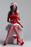 Fille déroulant le cadeau de Noël Photo stock