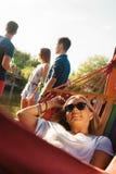 Fille détendant dans l'hamac Photo stock