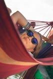 Fille détendant dans l'hamac Photos libres de droits