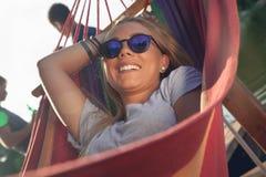 Fille détendant dans l'hamac Photo libre de droits