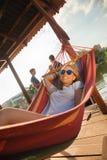 Fille détendant dans l'hamac Photographie stock