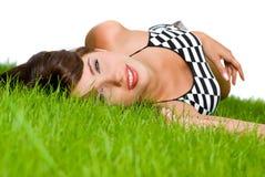 Fille détendant dans l'herbe Images stock