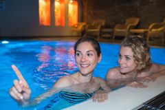 Fille détendant dans la piscine la nuit Photo stock