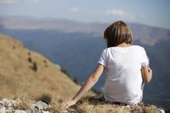 Fille détendant en nature photo libre de droits