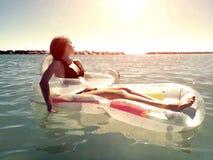 Fille détendant sur la mer image stock