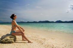 Fille détendant sur la plage Image libre de droits