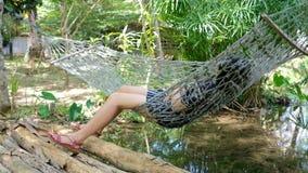 Fille détendant sur le berceau d'oscillation et regardant la vue de nature des vacances clips vidéos
