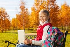 Fille d'école avec l'ordinateur portable Photographie stock libre de droits