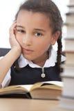 Fille d'école d'Afro-américain affichant un livre photographie stock